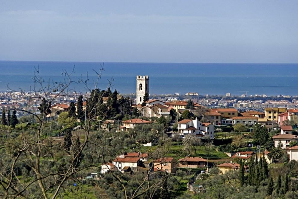 Leben in den toskanischen Hügeln mit Meerblick