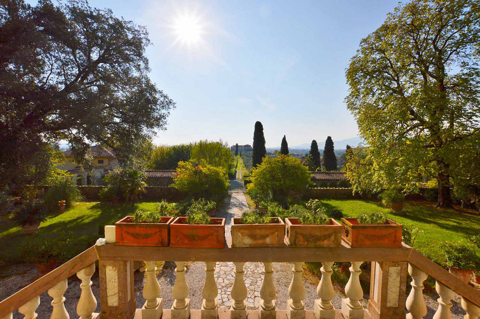 Lucca and its hills, with its villas and prestigious farmhouses for sale, a favorite destination for investors who buy a house in Tuscany