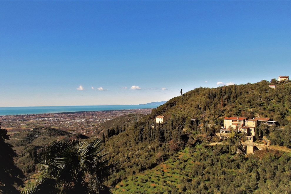 Camaiore, antichi casali e ville di lusso nelle tranquille colline e vicino al litorale