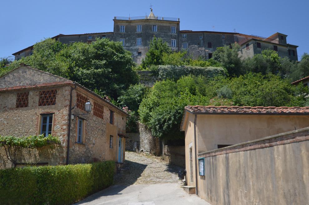 In Toscana i borghi di Camaiore, tra ville e casali in vendita