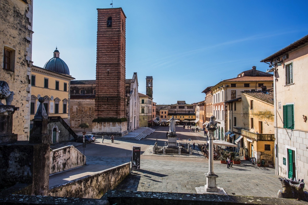 Pietrasanta, historical notes, art buildings, artists and exclusive properties