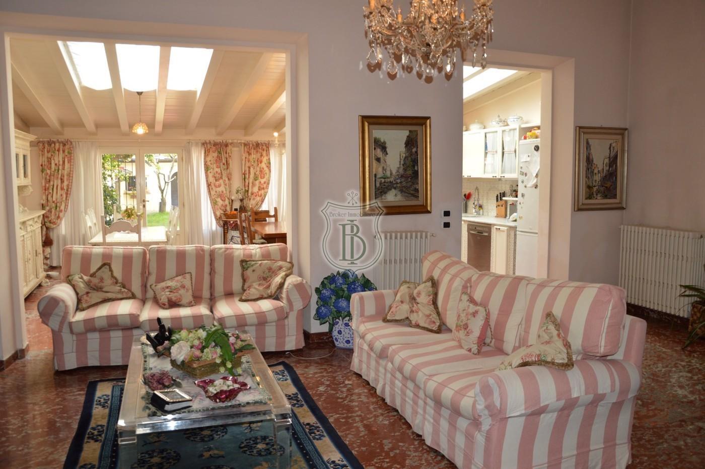 Villa in vendita a Viareggio con depandance e giardino a 200 metri dal mare