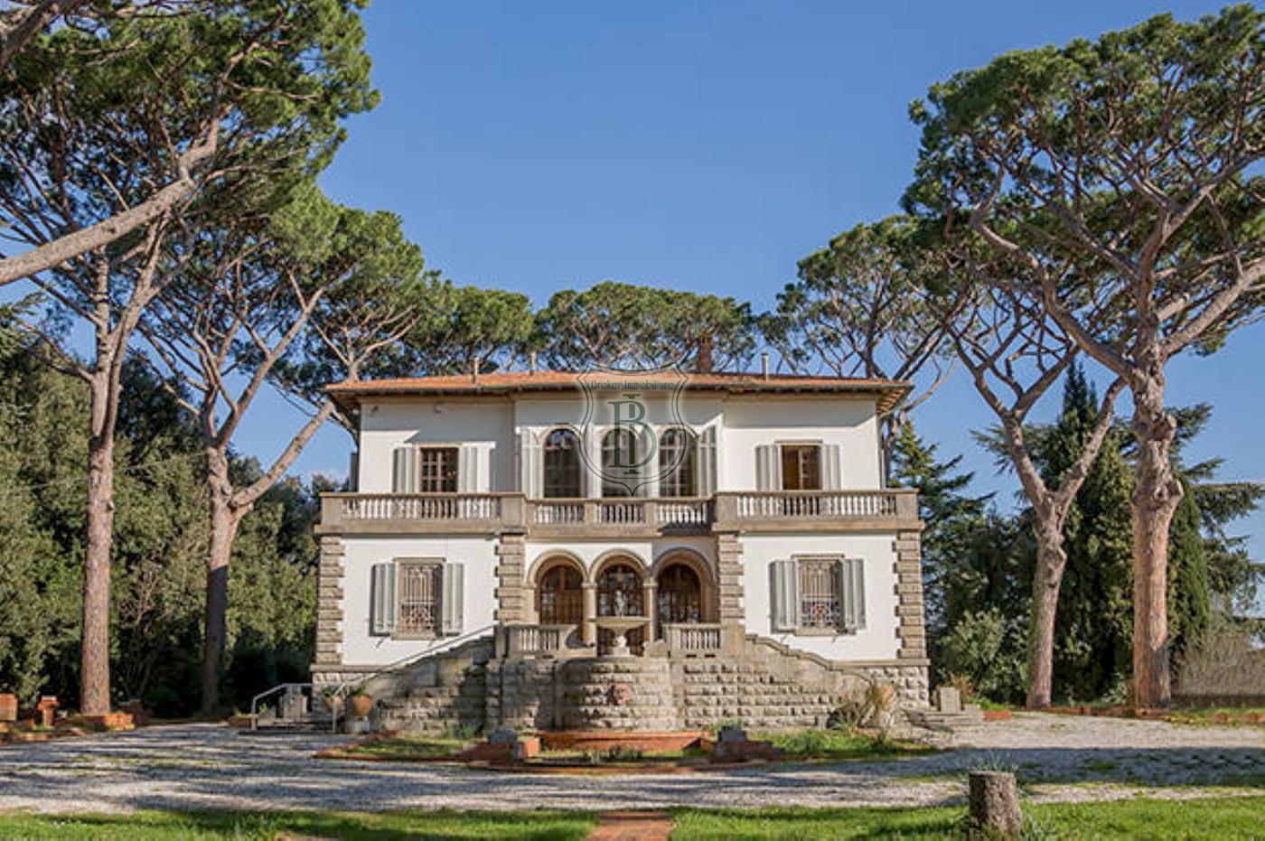 Villa storica in vendita sulle colline di Pisa, con piscina e parco in posizione collinare