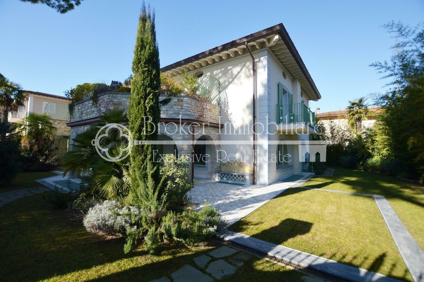 Villa in vendita a Forte dei Marmi con piscina interna a soli 400 metri dal mare