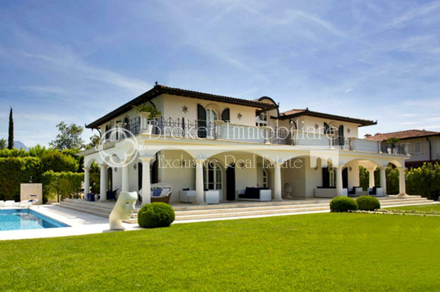 Villa in vendita a Forte dei Marmi con piscina a 1,5 km dal mare