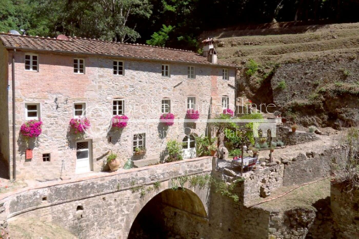 Casale in vendita a Lucca in posizione collinare