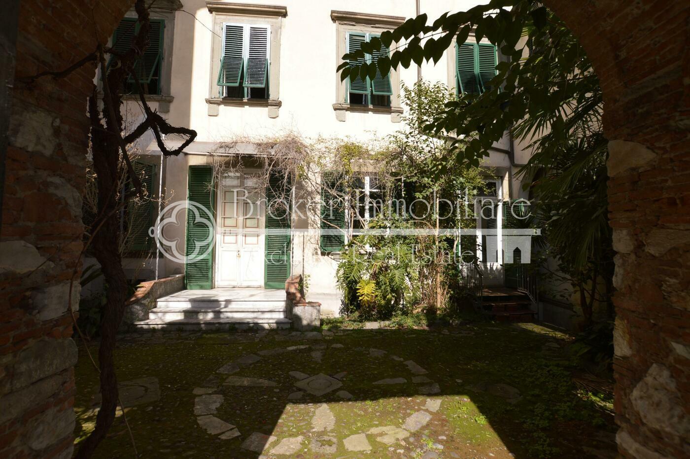 Appartamento in vendita a Lucca in palazzo storico con corte privata