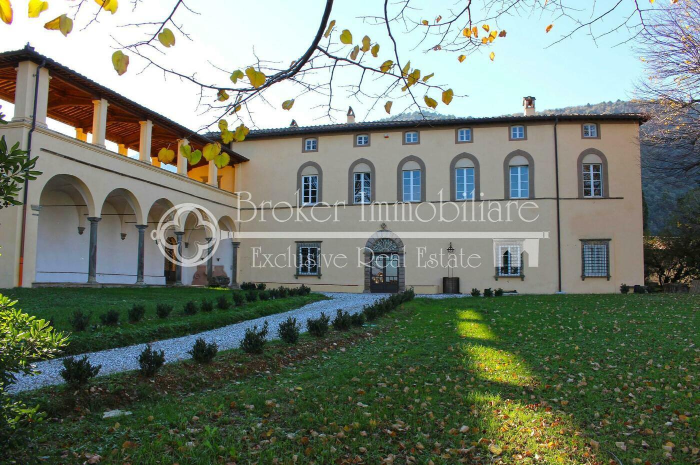 Villa storica in vendita a Lucca con fattoria, annessi e parco in posizione panoramica