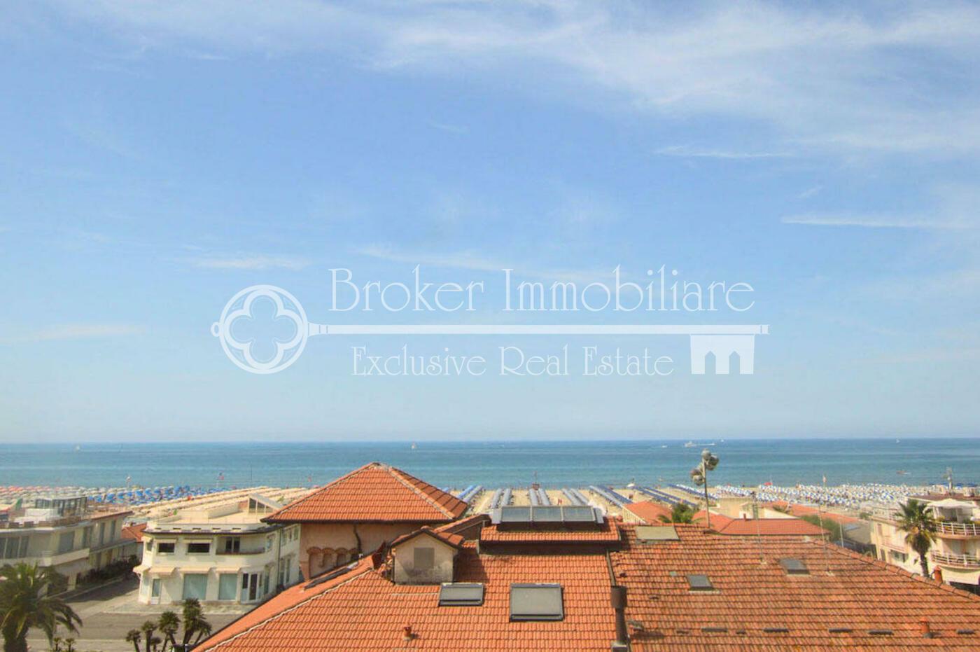 Attico in vendita a Viareggio in villa liberty con terrazze vista mare