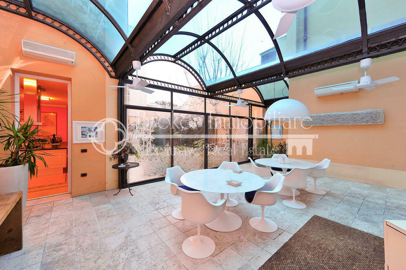 Villa in vendita a Viareggio fronte mare con giardino interno