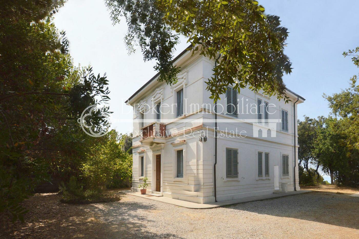 Villa in vendita a Quercianella in stile Liberty con discesa privata al mare