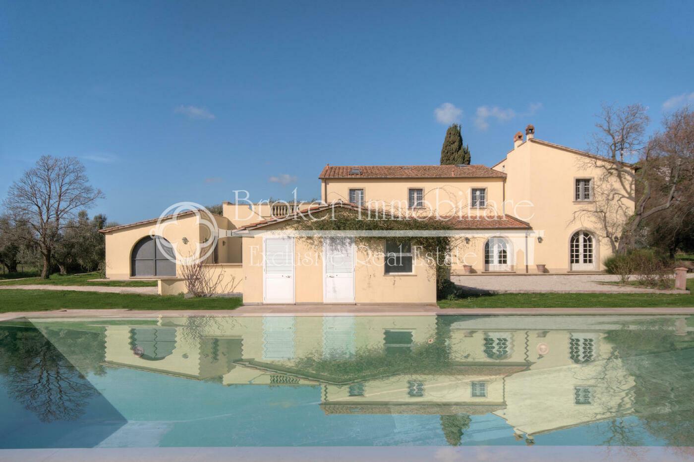 Villa in vendita a pochi km dalla Costa degli Etruschi con piscina