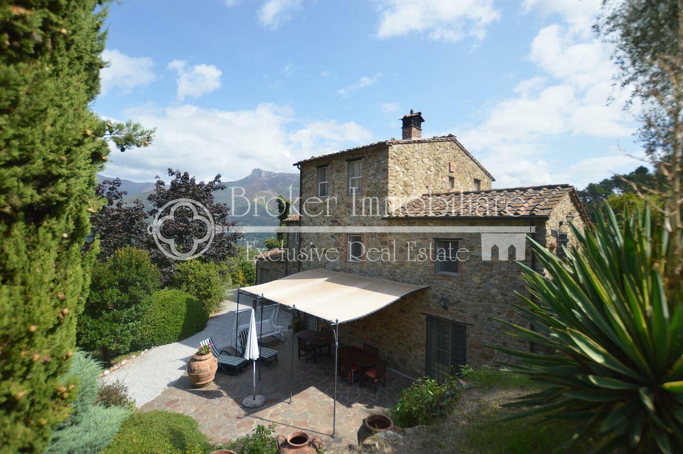 Casale in vendita in Versilia in posizione collinare e appartata