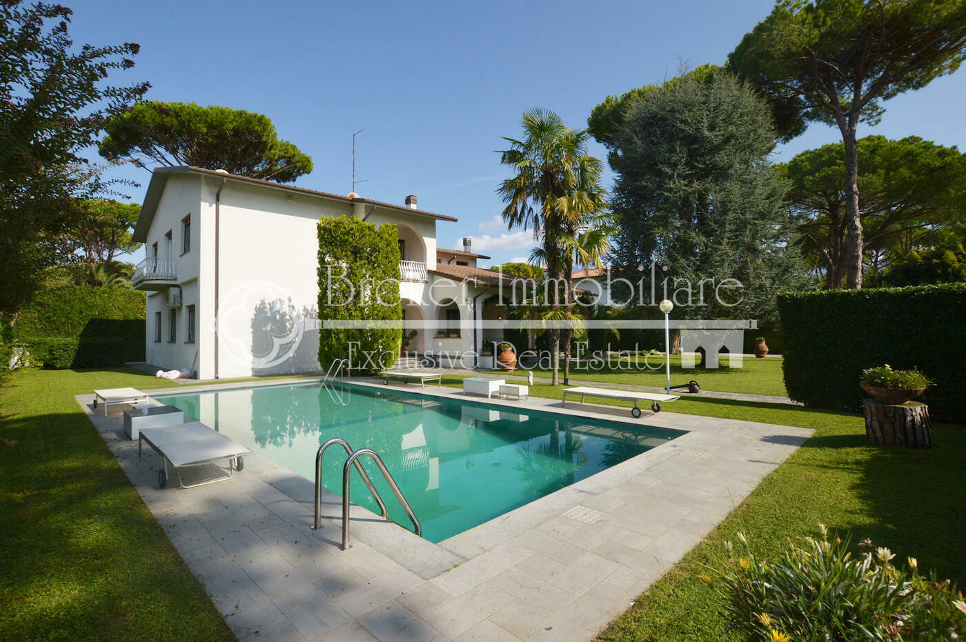 Villa in vendita a Forte dei Marmi con ampio giardino e piscina