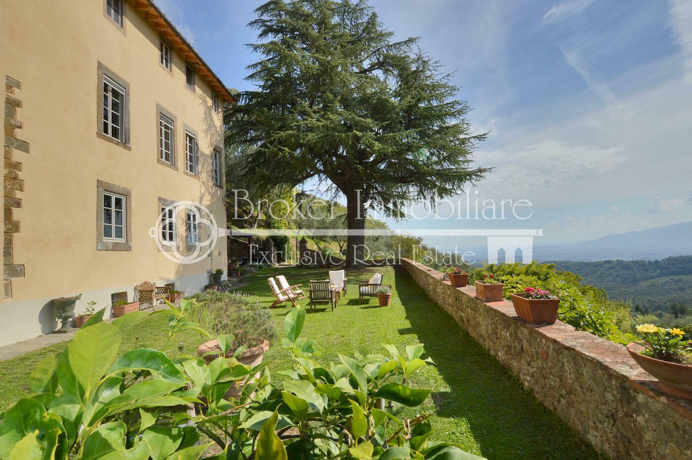 Villa storica in vendita a Lucca con piscina in posizione collinare
