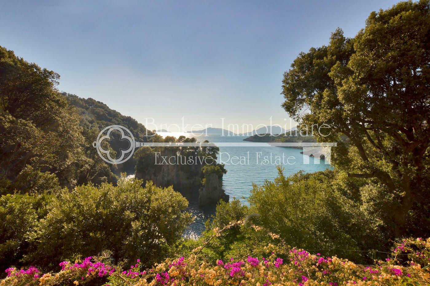 Villa in vendita a Lerici, con piscina, varie depandance ed accesso privato al mare