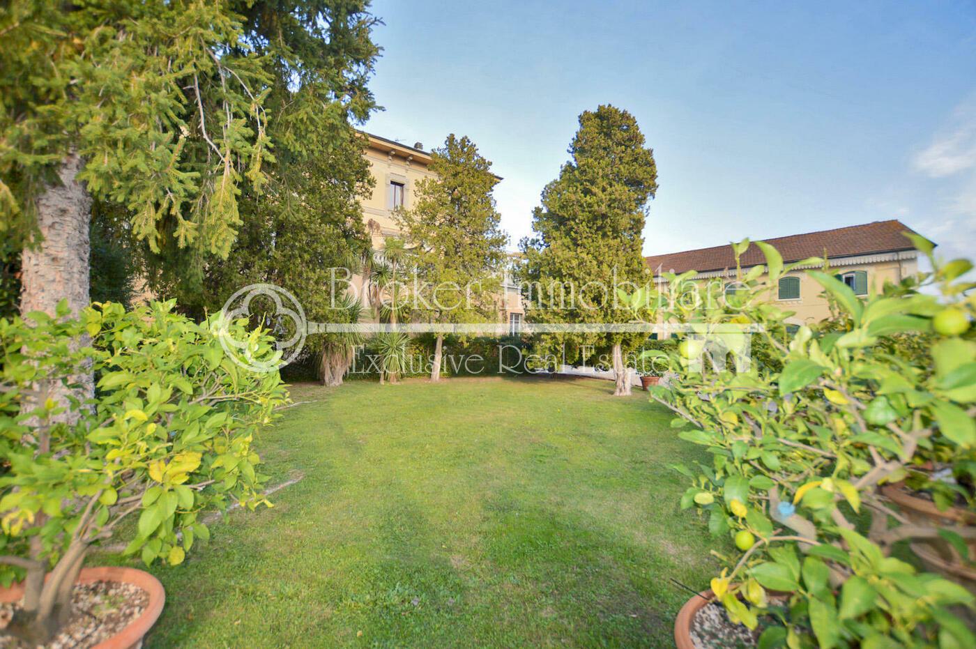 Appartamento in vendita a Lucca con grande terrazza e ampio garage