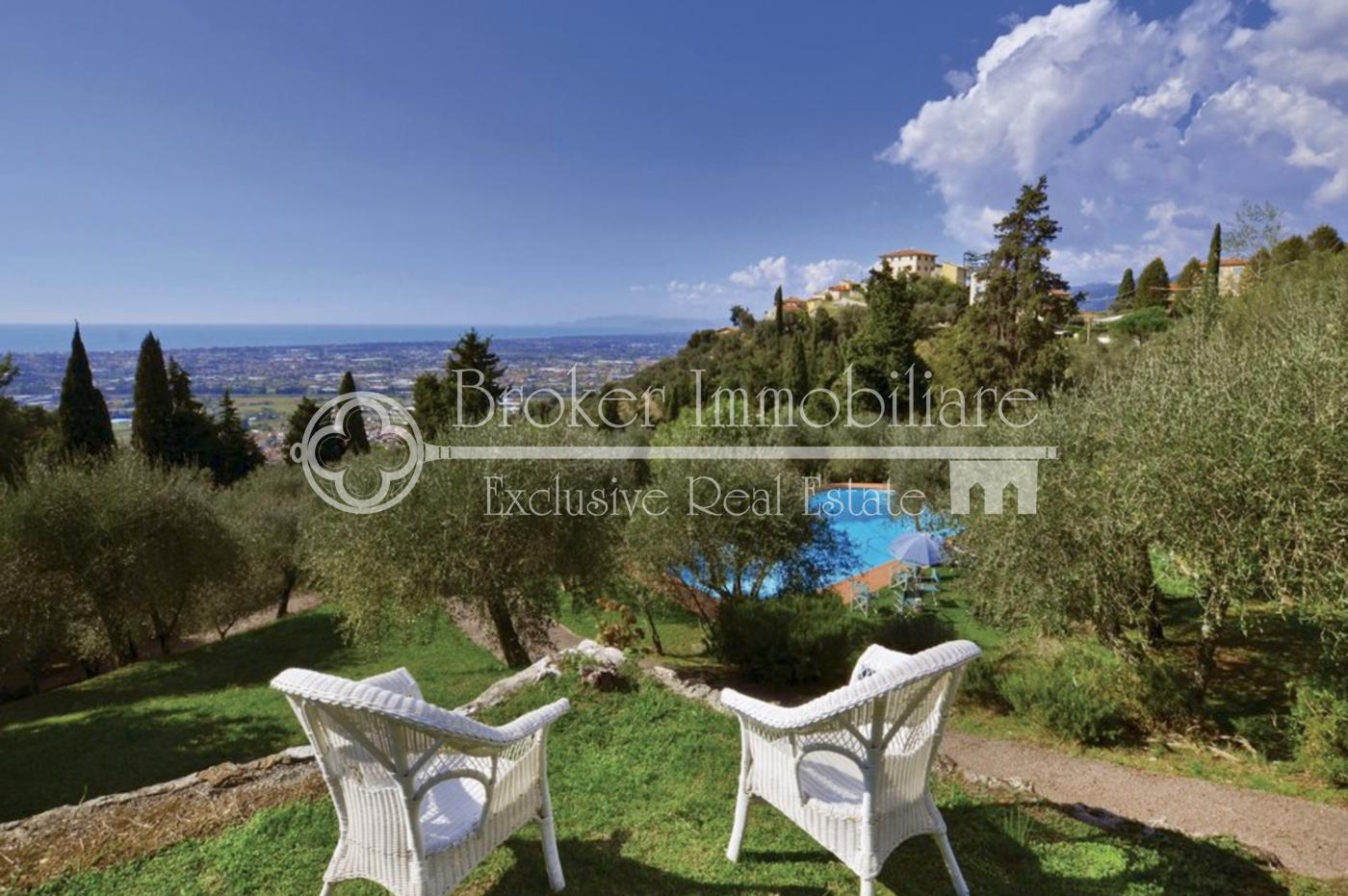 Villa in vendita in Versilia in posizione collinare con piscina, depandance e vista mare
