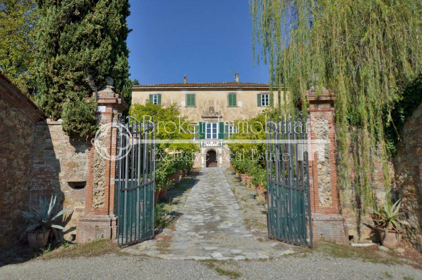 Villa storica in vendita a Lucca con grande tenuta ed edifici annessi