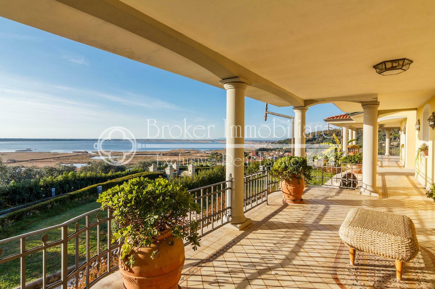 Villa in vendita in Versilia con stupenda vista lago e mare a Massaciuccoli