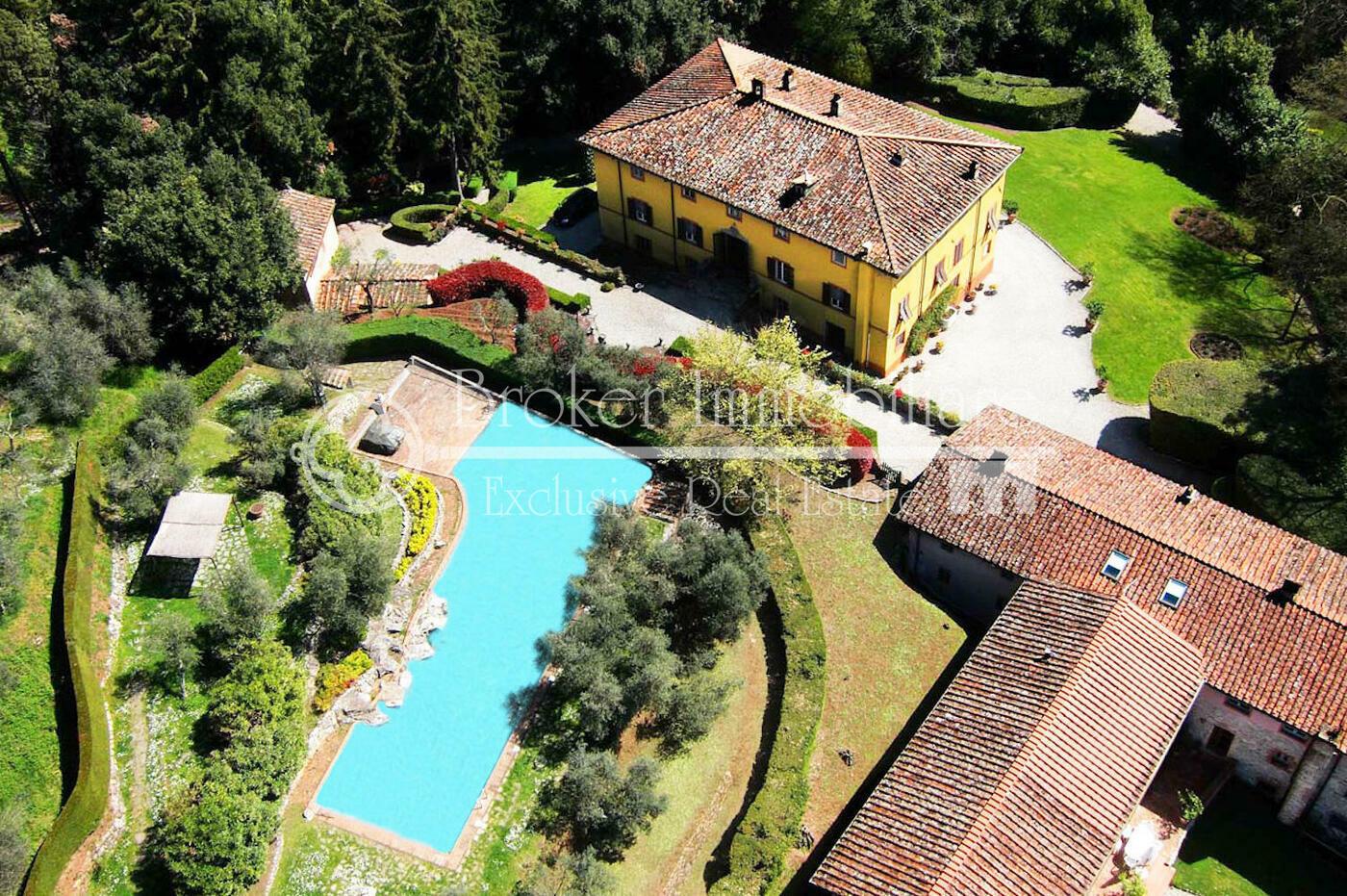 Villa storica in vendita a Lucca con fattoria, annessi e piscina in posizione collinare