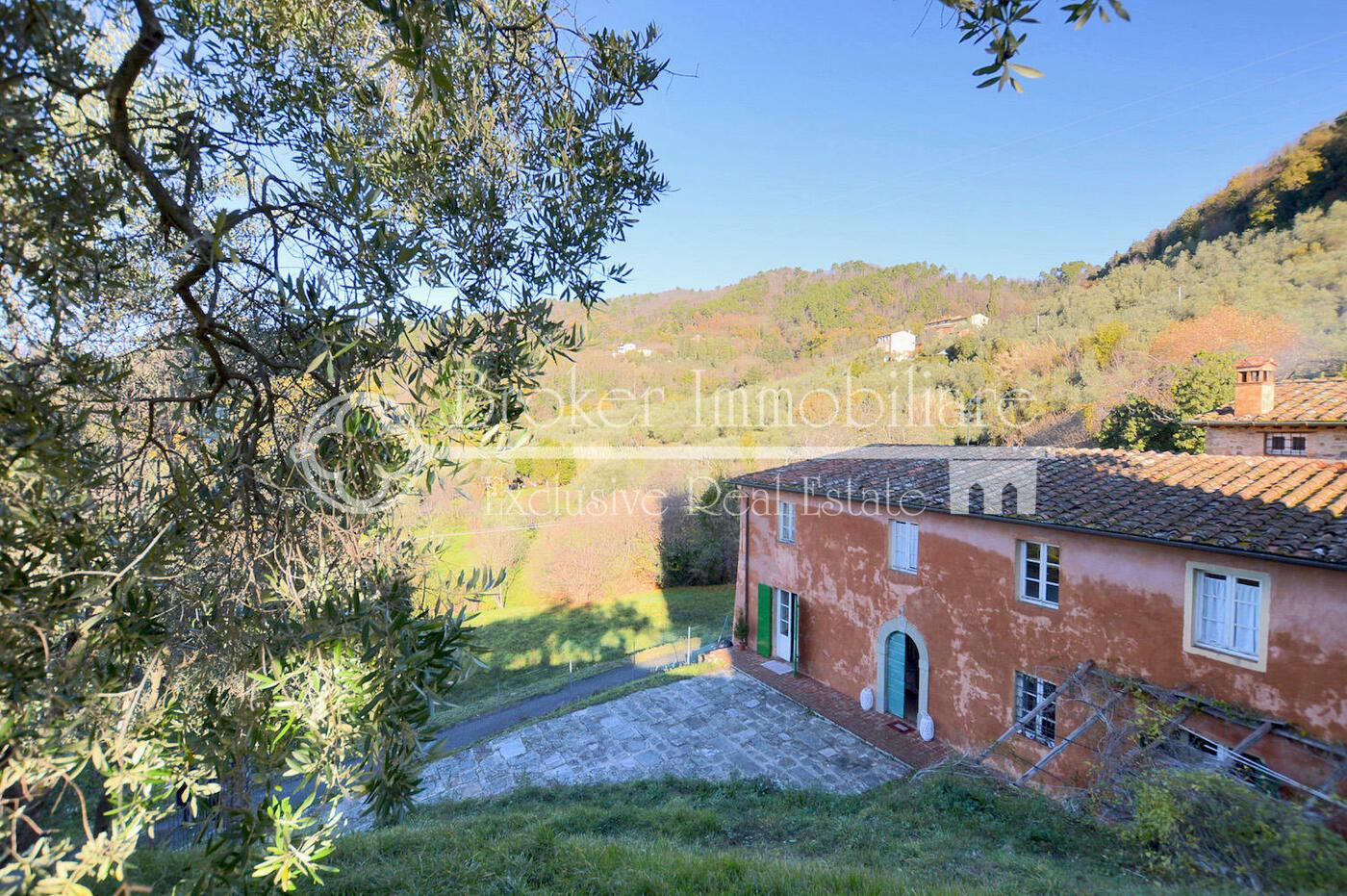 Casale in vendita a Lucca risalente al 1700, in posizione collinare