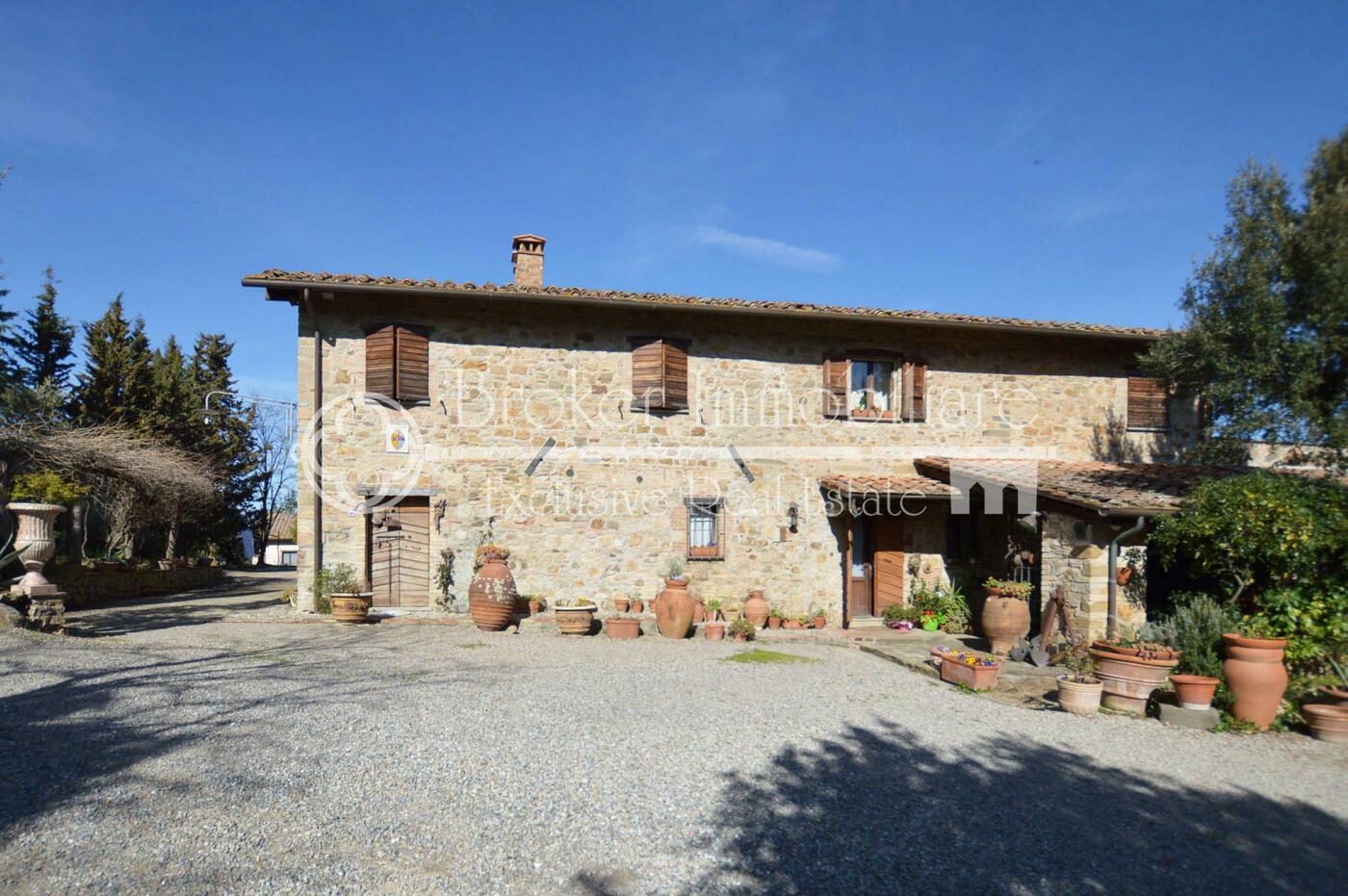 Casale in vendita sulle colline di Pisa, con due depandance e oliveto
