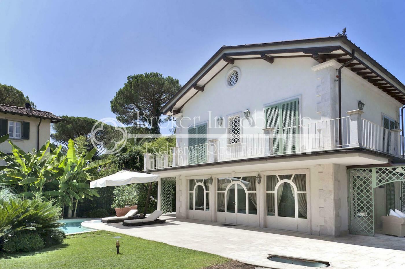 Villa con piscina in vendita a Forte dei Marmi a soli 850 metri dal mare