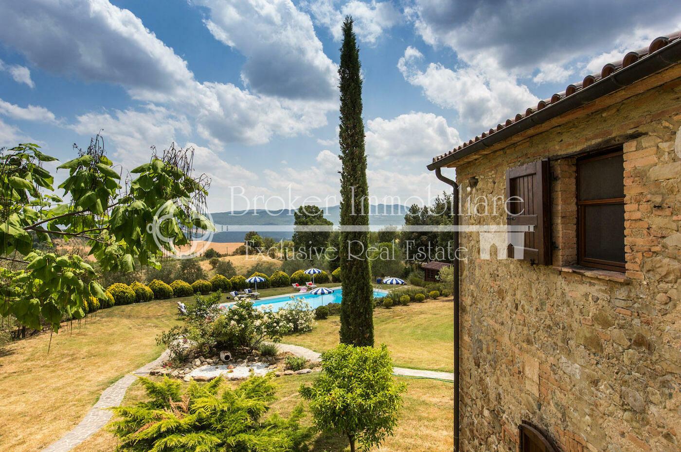 Splendido casale in pietra con piscina in vendita sulle colline pisane