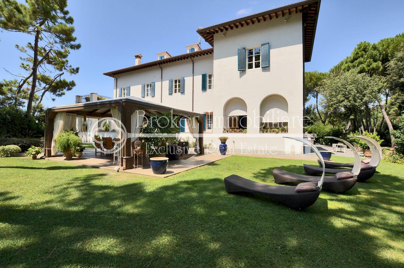 Esclusiva villa di lusso fronte mare in vendita sulla Riviera Apuana