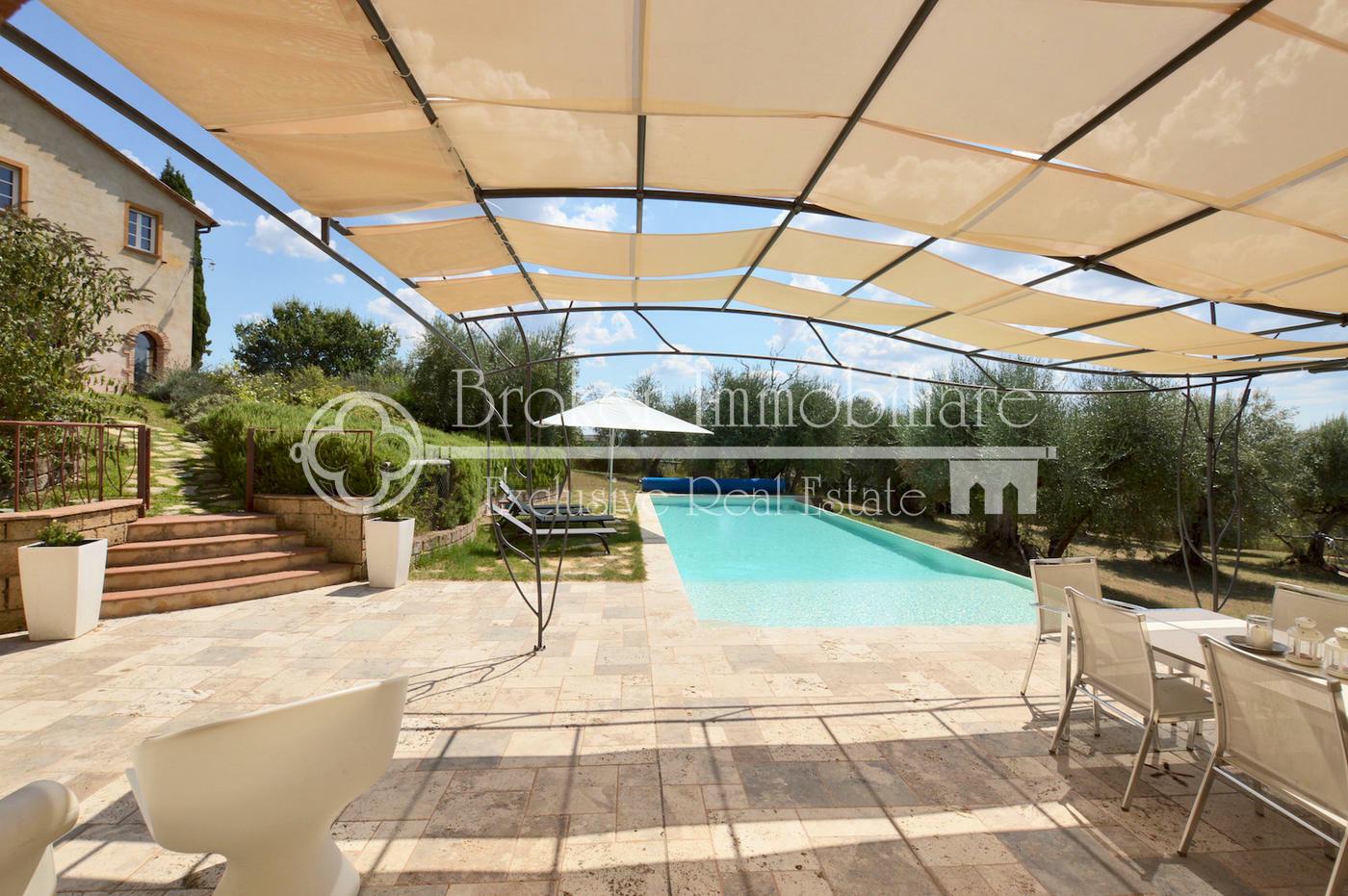 Esclusivo casale in vendita sulle colline pisane con piscina e guest house