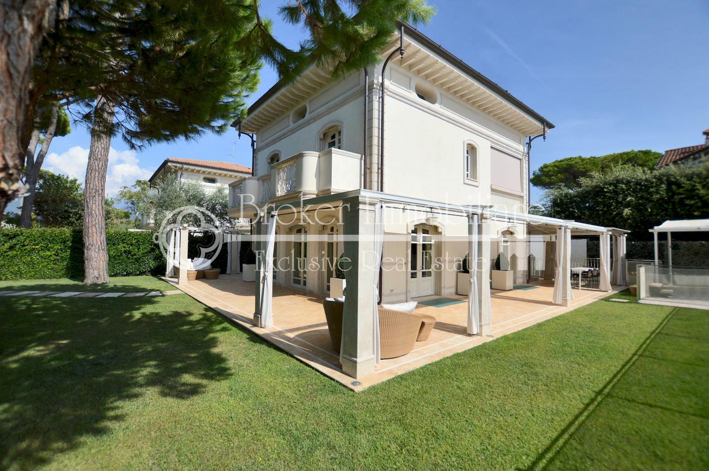 Villa di lusso in vendita a Forte dei Marmi, a pochi passi dal centro e dal mare