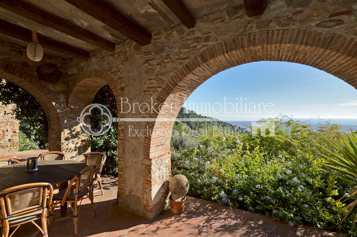 Villa con vista mare in vendita in caratteristico borgo toscano collinare