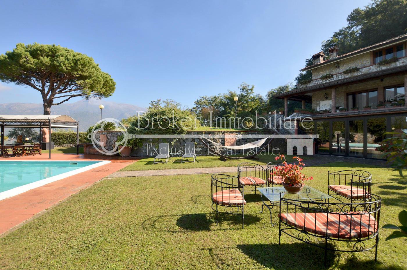 Signorile villa in vendita a Camaiore con piscina e dependance