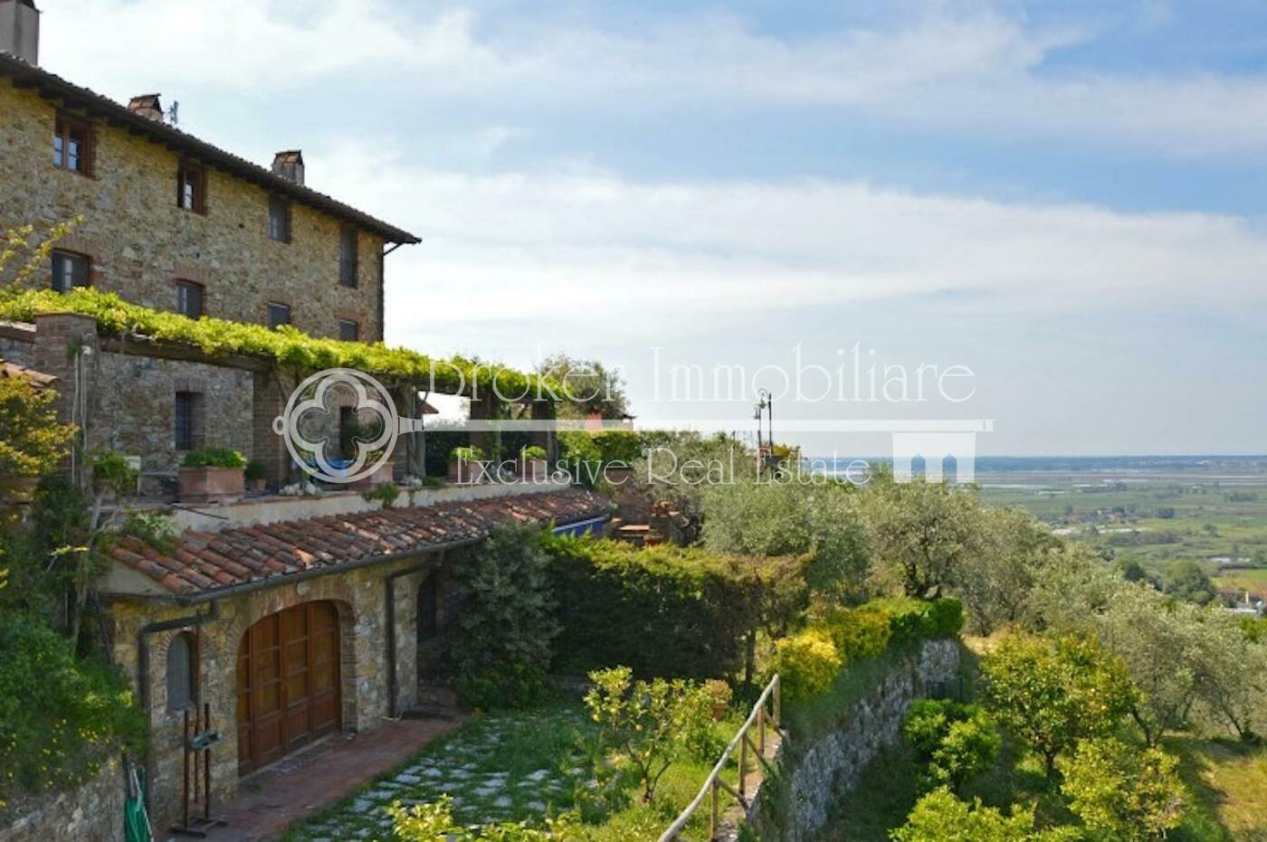 Casale in vendita in Versilia con piscina e oliveto in posizione collinare
