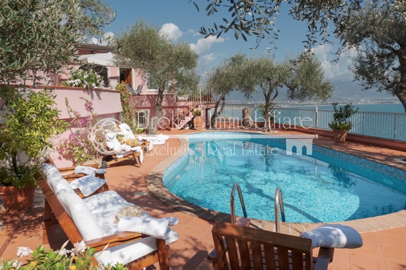 Villa fronte mare in vendita sulla costa ligure