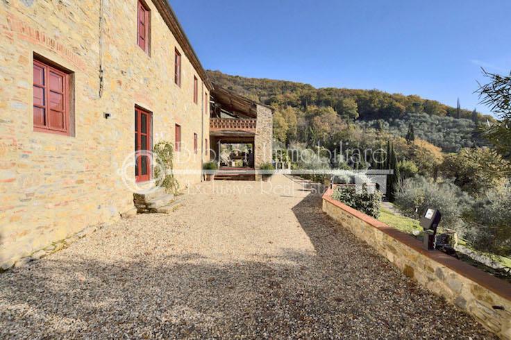 Caratteristico casale in sasso in vendita sulle colline di Lucca