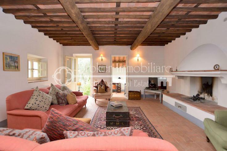 Tipico casale toscano con piscina in vendita sulle colline di Lucca
