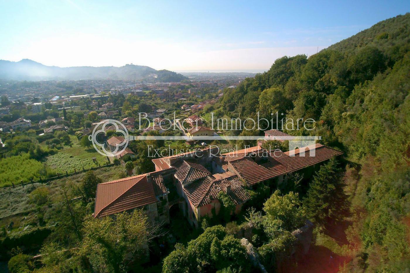 Importante villa storica sulla prima collina di Carrara con vista mare e Alpi Apuane