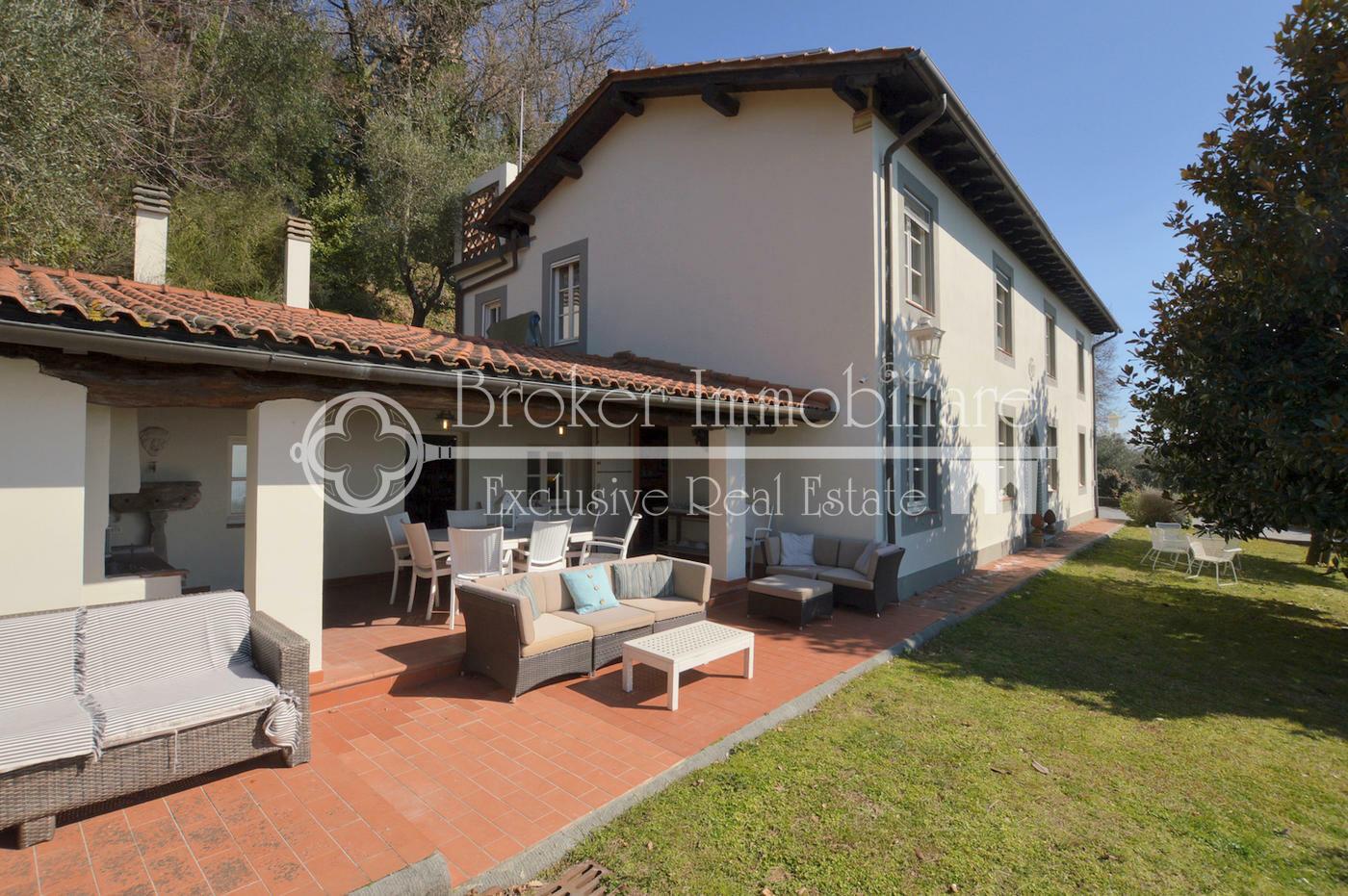 Splendida villa vista mare in vendita sulle colline della Versilia