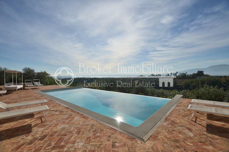 Bellissimo casale in vendita a Lucca con piscina e vista collinare