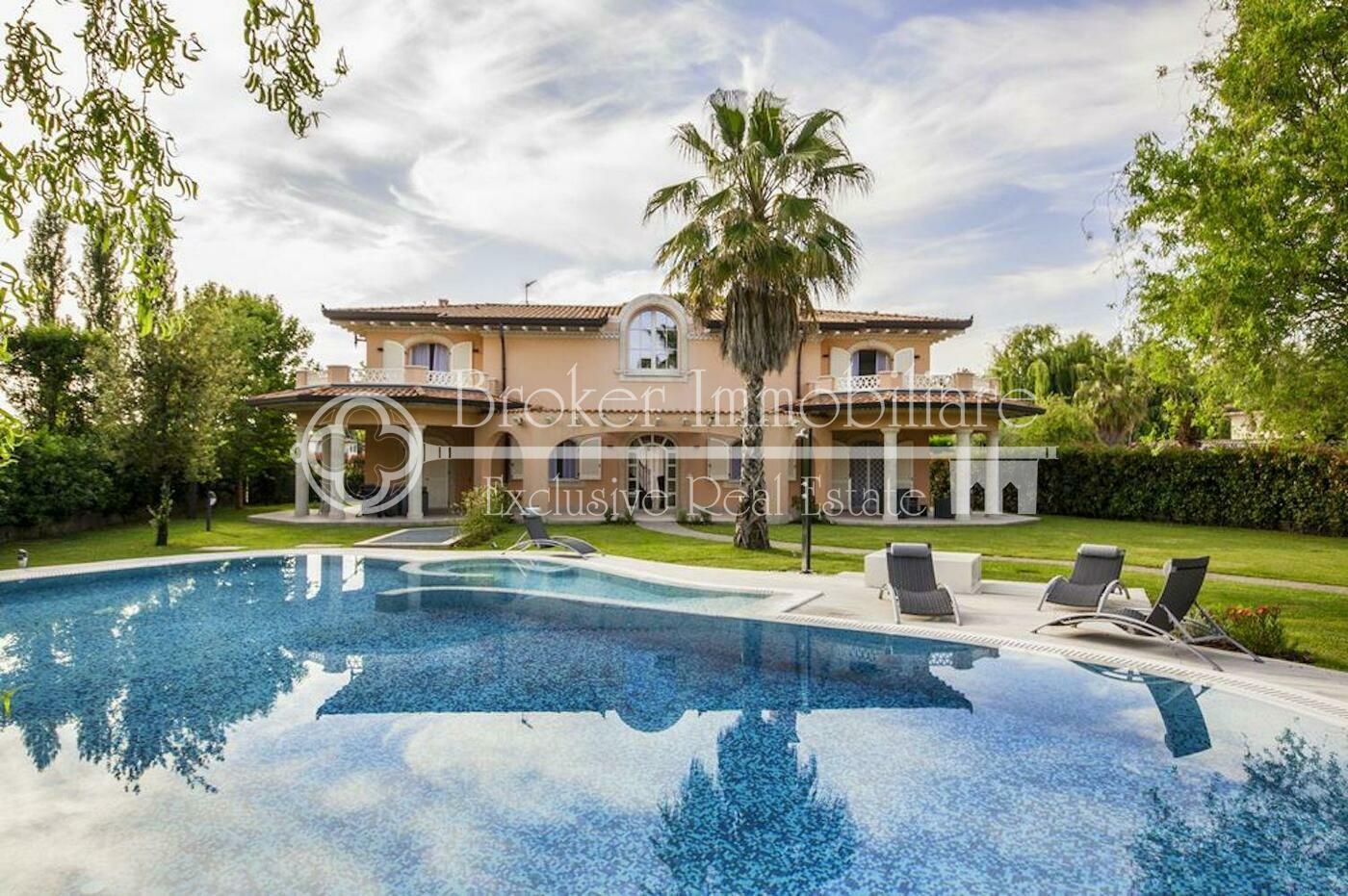 Villa in vendita a Forte dei Marmi con piscina a 1 km dal mare