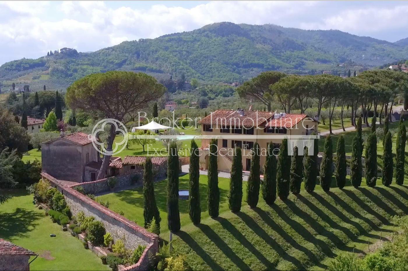 Splendido casale toscano in vendita a Lucca con piscina e oliveto