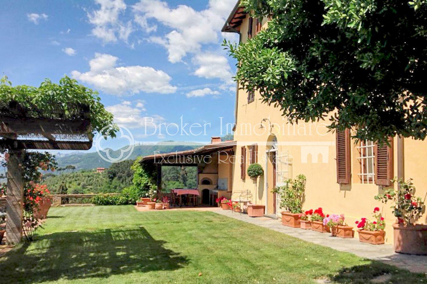 Villa in vendita in Versilia, in posizione collinare con spettacolare vista mare