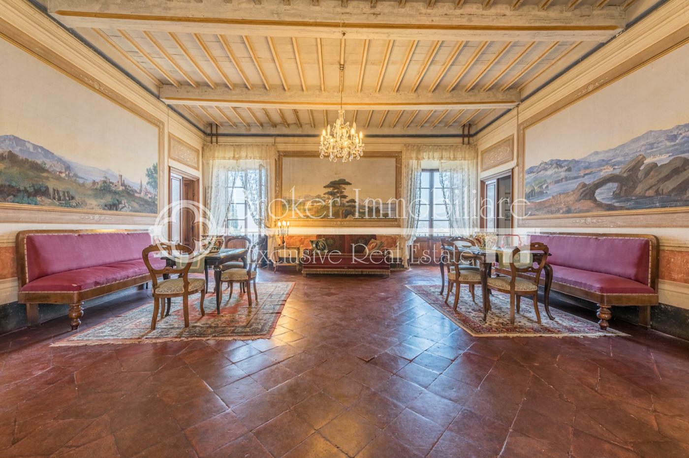 Villa storica vista mare in vendita sulle colline della Versilia