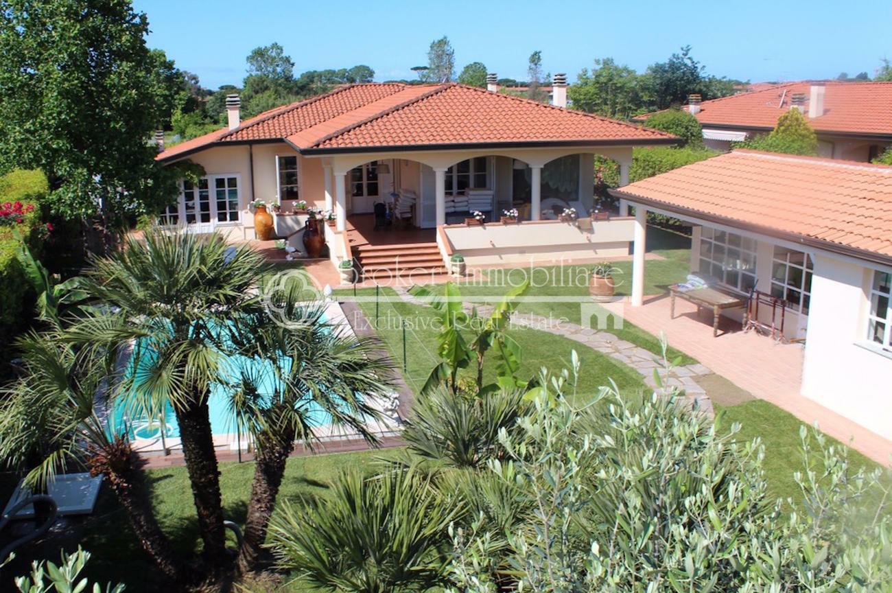 Villa di pregio con piscina e depandance in vendita a Lido di Camaiore