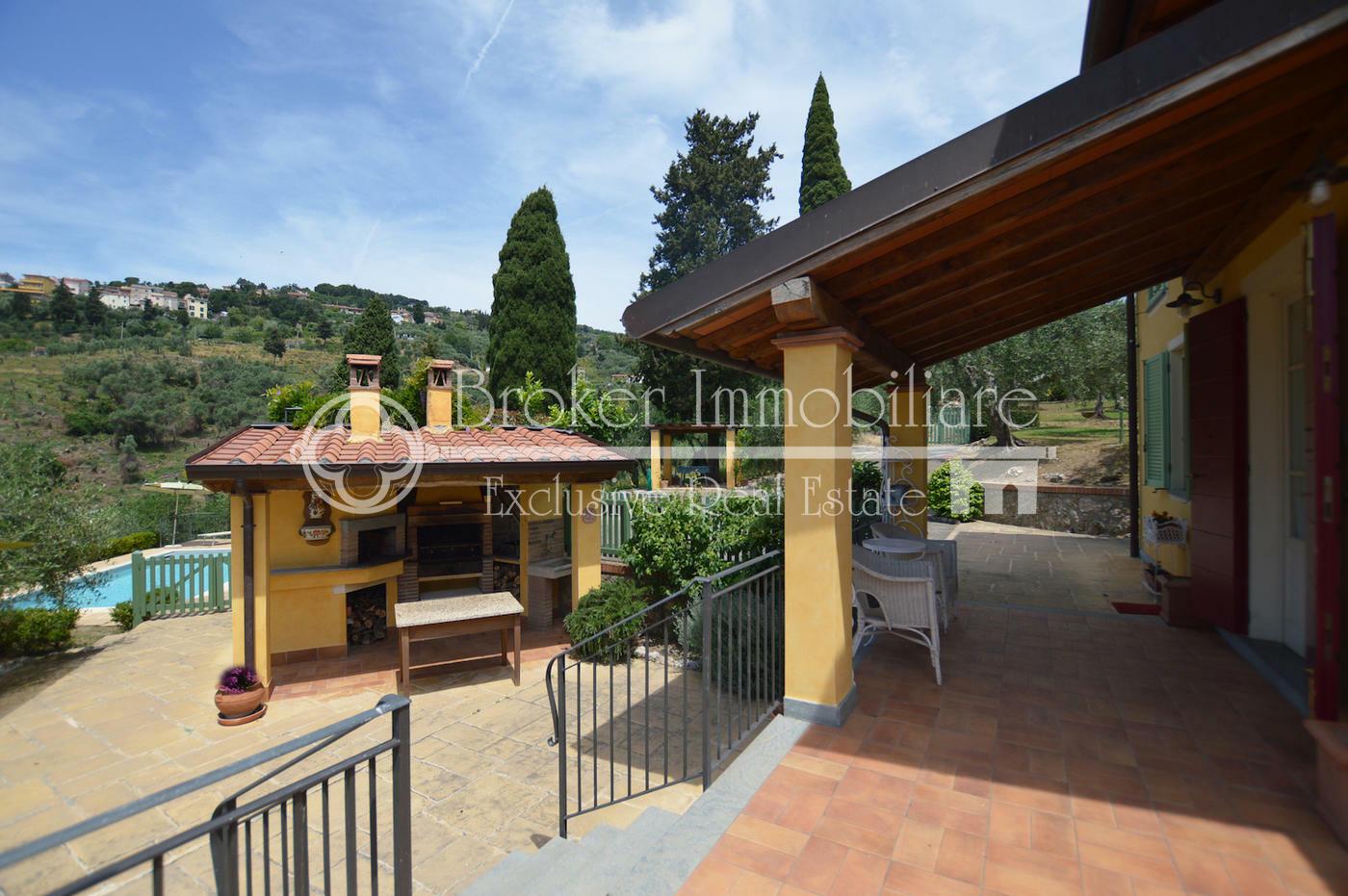 Elegante villa vista mare con piscina, in vendita sulle colline della costa Toscana