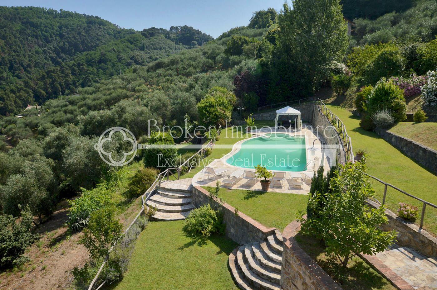 Casale con piscina e vista mare in vendita sulle colline della Versilia