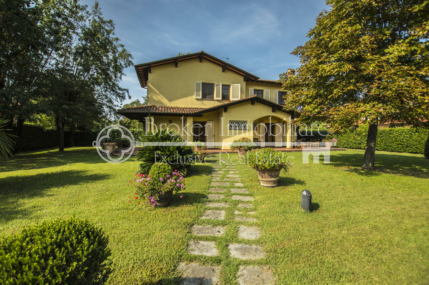 Villa in vendita a Forte dei Marmi ad 1,5 km dal mare