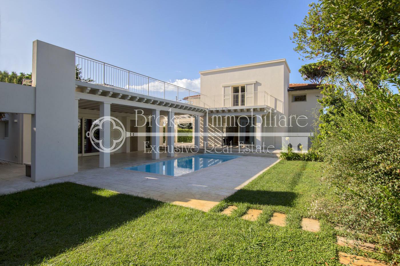 Lussuosa villa in vendita a Marina di Pietrasanta, a soli 350 metri dal mare